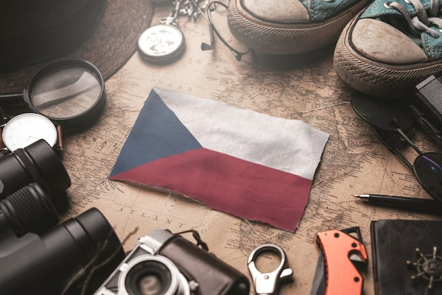 Vlag van tsjechië tussen traveler's accessoires op oude vintage kaart. toeristische bestemming concept. Premium Foto