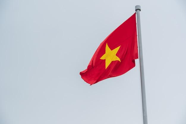 Vlag van vietnam in de lucht. Premium Foto