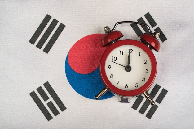 Vlag van zuid-korea en vintage wekker close-up Premium Foto