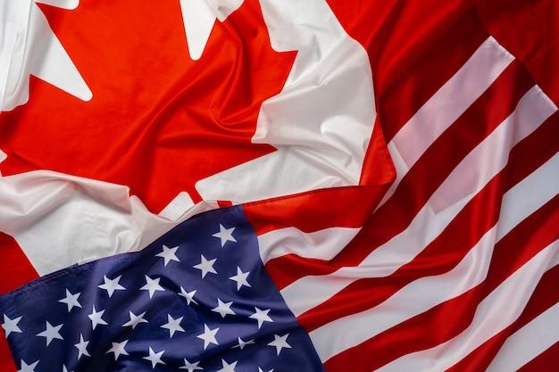 Vlaggen van canada en de vs zijn dicht in elkaar gevouwen Premium Foto