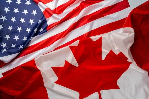 Vlaggen van canada en de vs zijn samengevouwen Premium Foto