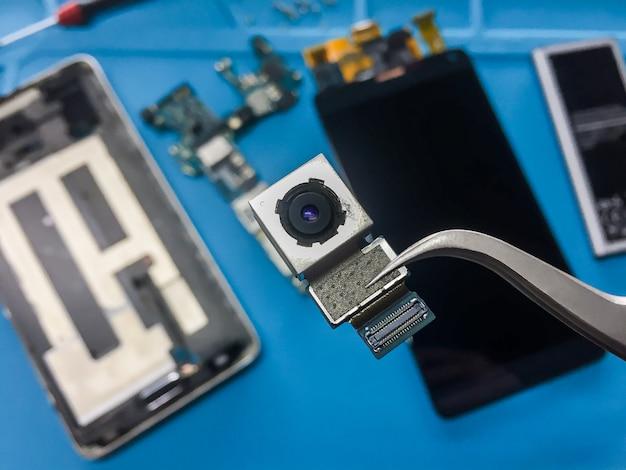Vlak leg beeld van het ontmantelen van de gebroken smartphone Premium Foto