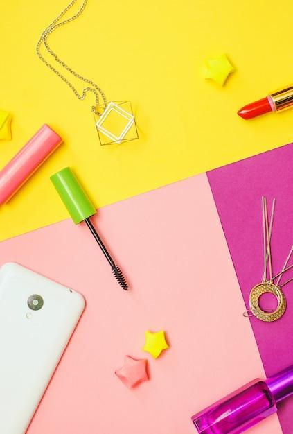 Vlak leg fotografie met schoonheidsmiddelen en toebehoren op kleurrijke achtergrond Premium Foto