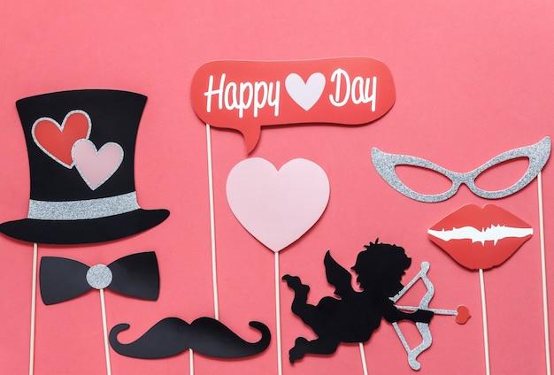 Vlak leg luchtbeeld van teken van de dag van de valentijnskaart Premium Foto