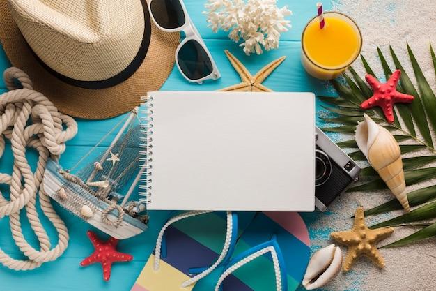 Vlak leg notitieboekje met vakantieconcept Gratis Foto