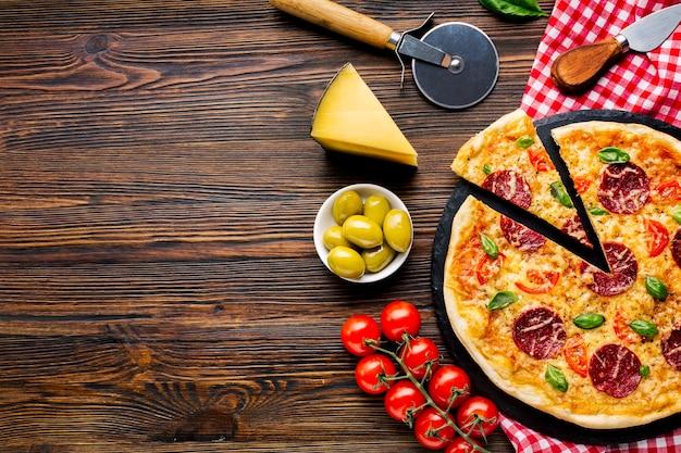 Vlak leg pizzasamenstelling met copyspace Gratis Foto