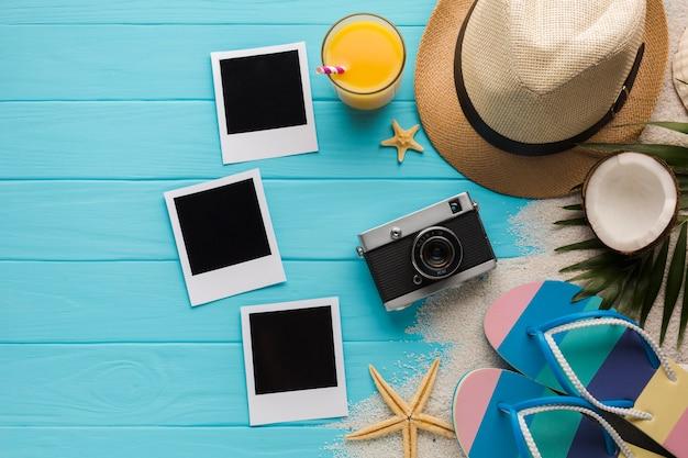 Vlak leg samenstelling met polaroidfoto's en strandtoebehoren Gratis Foto