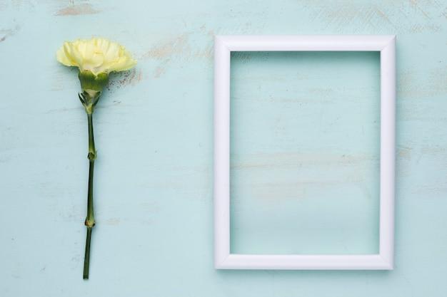 Vlak leg van frame met bloemenconcept Gratis Foto