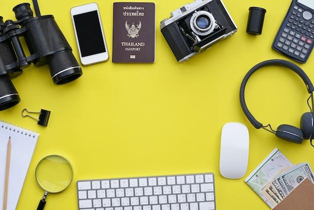 Vlak leg van toebehoren op gele bureauachtergrond Premium Foto