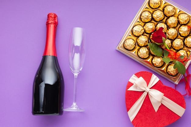 Vlakke decoratie met wijnfles en glas Gratis Foto