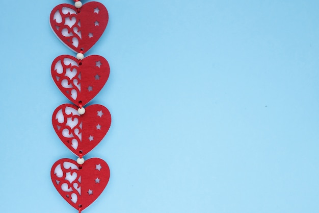 Vlakke weergave van valentines harten op blauwe achtergrond. symbool van liefde en saint valentine's day concept. copyplace, ruimte voor tekst en logo. Premium Foto