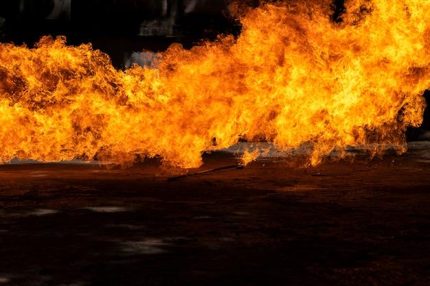 Vlammen veroorzaakt door de explosie van de olie. demonstratie van water op oliebrand. Premium Foto