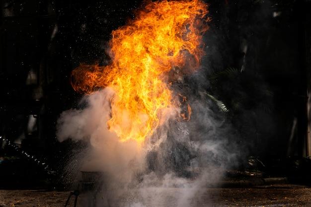 Vlammen veroorzaakt door demonstratie van water op oliebrand. Premium Foto
