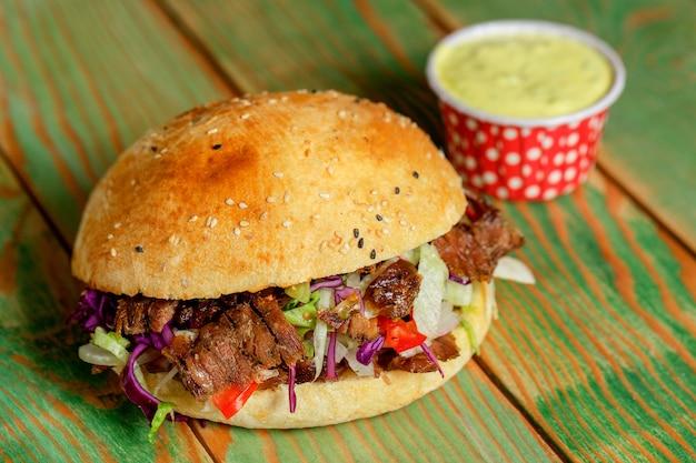 Vlees doner in brood op tafel Gratis Foto