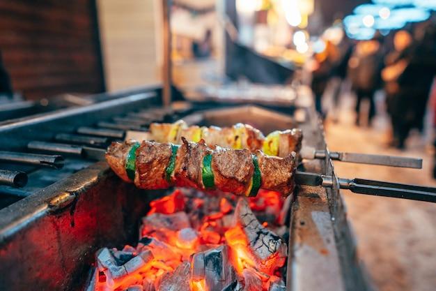 Vlees en courgette wisselen elkaar af op een spies Gratis Foto