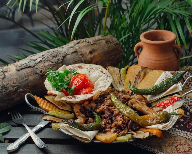 Vlees- en kippenzak met groenten Gratis Foto