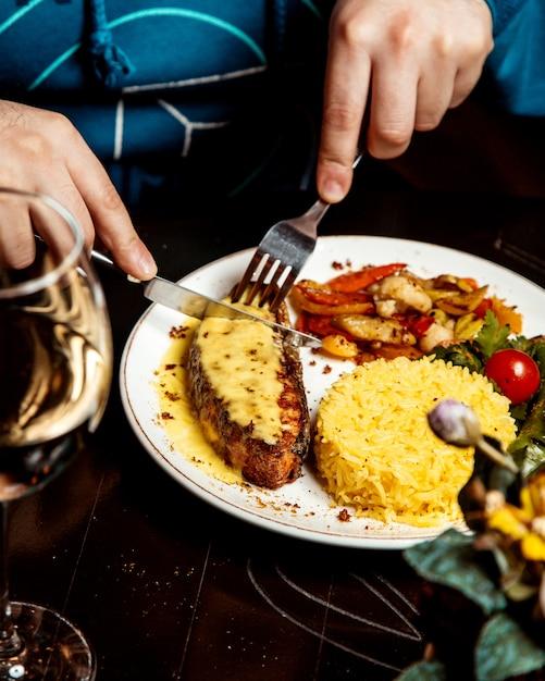 Vlees met gesmolten kaas bovenop en rijst Gratis Foto