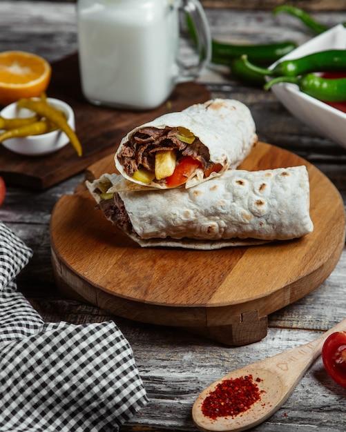 Vlees wrap geserveerd met peper Gratis Foto