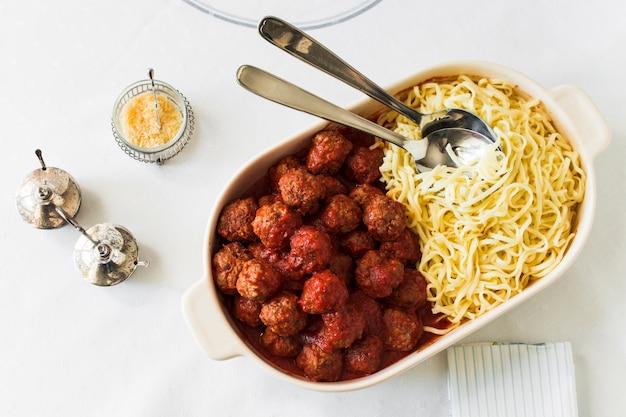 Vleesballen en trenette in de witte lunchdoos met lepels Gratis Foto