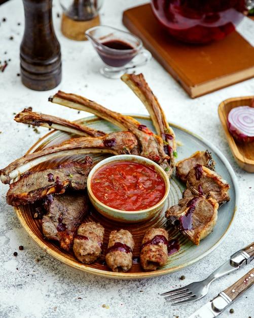 Vleeskebab met tomatenadjika in het midden Gratis Foto