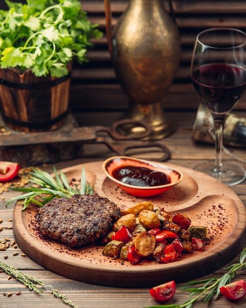 Vleeskotelet met aardappelen en groenten Gratis Foto