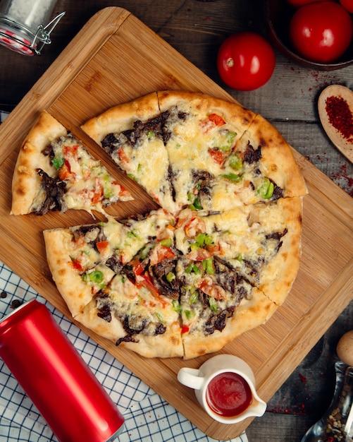 Vleespizza met groenten hoogste mening Gratis Foto