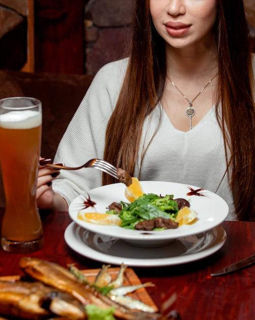 Vleesplakken en citroen met bier Gratis Foto