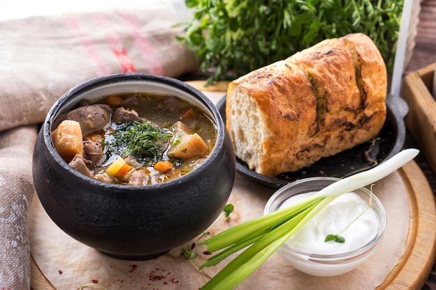 Vleessoep met groenten in een pot. Premium Foto