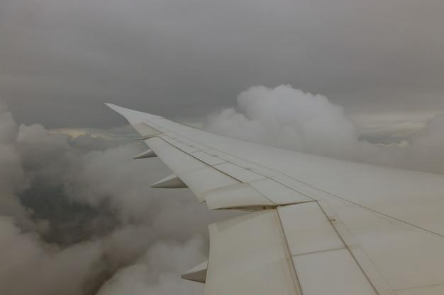 Vleugelvliegtuigen in hoogte tijdens vliegtuig dat boven de wolken vliegt Premium Foto