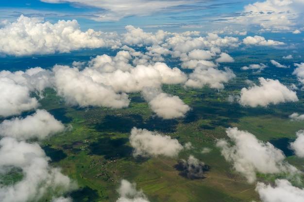 Vliegen boven de aarde en boven de wolken op het grondgebied van tanzania, oost-afrika. Premium Foto