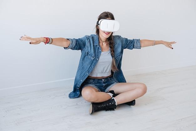 Vliegend meisje tijdens het gebruik van vr-bril Gratis Foto