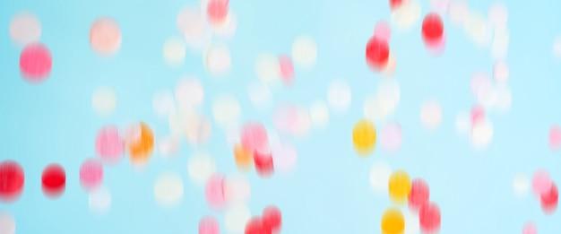 Vliegende bewegende heldere confetti. feestelijk feestmodel. lange brede banner met exemplaarruimte. Premium Foto