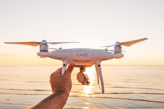 Vliegende drone op een zee-zonsondergang Premium Foto
