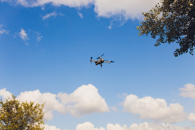 Vliegende hommel met blauwe hemelachtergrond, nieuwe technologie. Premium Foto