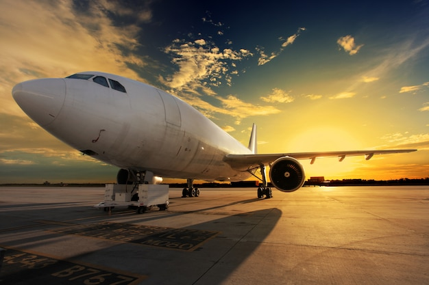Vliegtuig bij zonsondergang Gratis Foto