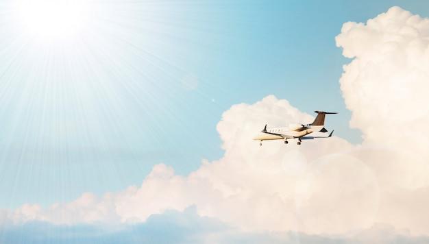 Vliegtuig dat in een bewolkte hemel vliegt Gratis Foto