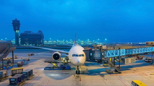 Vliegtuig die klaar voor start in internationale luchthaven voorbereidingen treffen Premium Foto