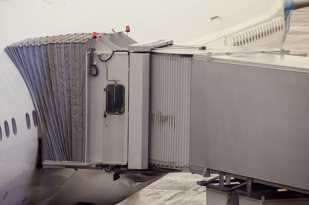 Vliegtuig die klaar voor startvliegtuig voorbereidingen treffen in de luchthaven. Premium Foto