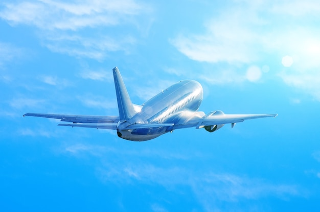 Vliegtuig die op blauwe hemel vliegen Premium Foto