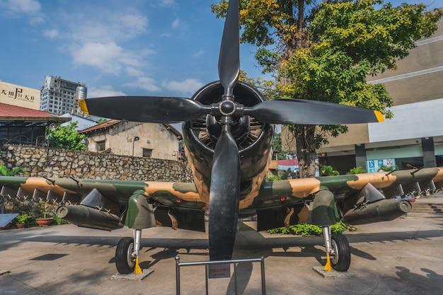 Vliegtuig in het ho chi minh city war museum, vietnam Premium Foto