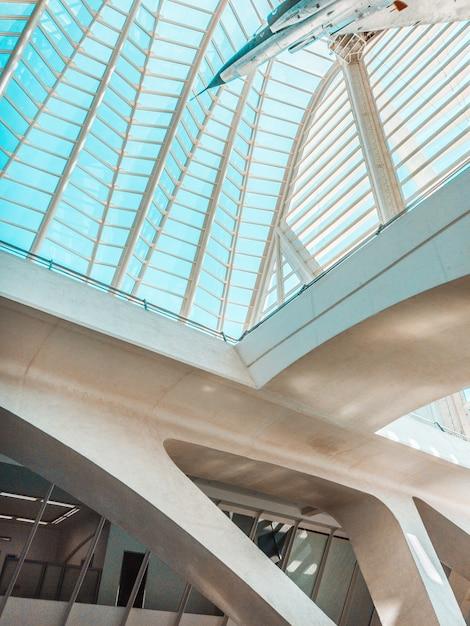 Vliegtuig in museum met glazen plafond Gratis Foto