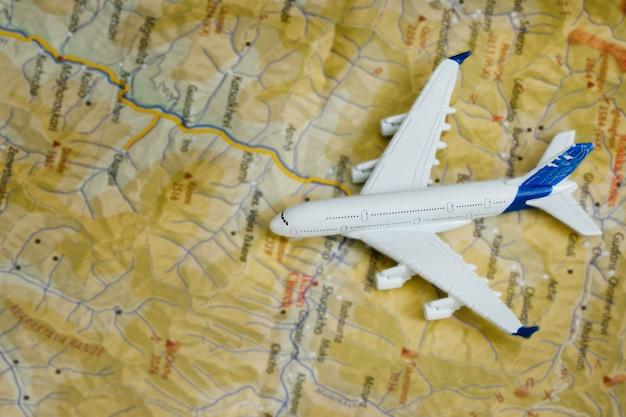 Vliegtuig op de kaart. reizen concept. detailopname Premium Foto