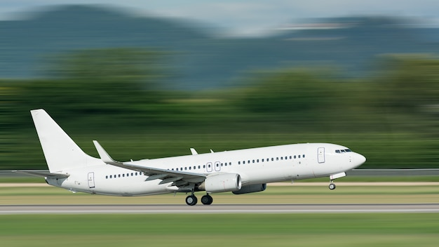 Vliegtuig opstijgen met motion blur effect Premium Foto