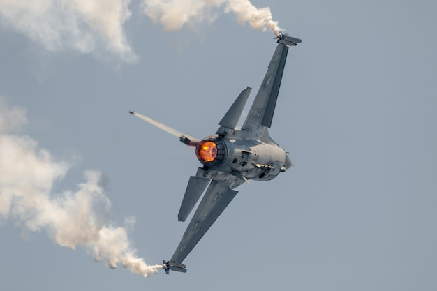 Vliegtuigen f-16 belgische soloweergave Premium Foto