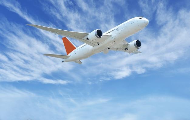 Vliegtuigstart op de blauwe hemel en wolkenachtergrond Premium Foto