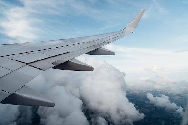 Vliegtuigvleugel en wolken vanuit het raam uitzicht Gratis Foto