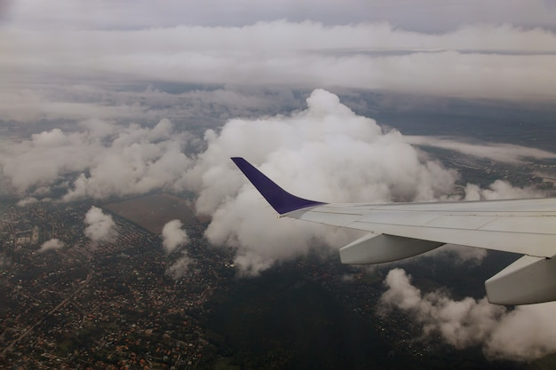 Vliegtuigvleugel uitzicht vanuit het vliegtuig naar de lucht, wolken Premium Foto