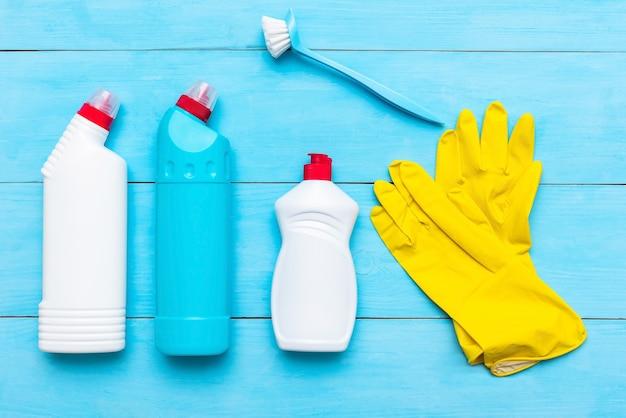 Vloeibaar reinigingsmiddel. en schoonmaaksponzen met rubberen handschoenen. Premium Foto