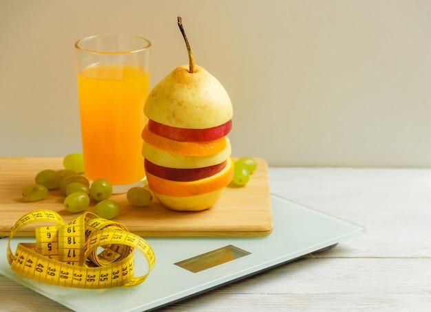 Vloer schaal en fruit op houten tafel Premium Foto