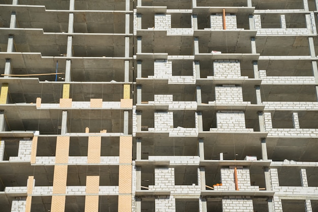Vloeren van het onvoltooide gebouw. onvolledige constructie van een gebouw met meerdere verdiepingen. ontwikkeling Premium Foto